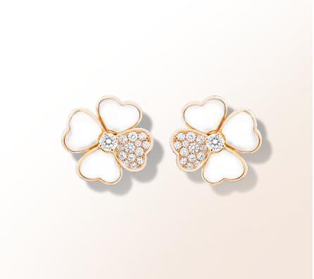 Van Cleef  & Arpels décroche la palme avec ces puces d'oreilles en forme de fleur qui allie à la perfection l'or rose, les diamants et le nacre. Trois matières qui apportera luxe et élégance à votre look. De plus la couleur rose de l'or et le nacre sont ultra romantique et les diamants viendront éblouir le tout.  Puces d'oreilles Cosmos, Van Cleef & Arpels, 13 000€