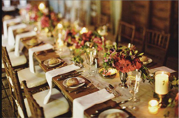 Super cette table de réception en vieux bois brute pour un côté rustique et cosy qui va très bien avec le thème automnal. Pains de campagne dans les assiettes, table nude et petits bouquets très discrets pour apporter une touche florale sans trop en faire.