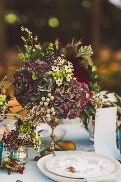 Le pourpre et le violet sont parfaitement dans le thème d'un mariage automnal. De plus ce bouquet sera parfait pour les mariages les plus chics  misez sur un bouquet graphiques, des hortensias, très classes et pour un esprit plus bohème, quelques Reines des Prés seront parfaites. Une belle coupe ou verre à pied vintage pour un rendu encore plus chic.