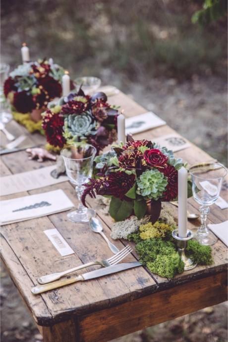 Génial cette table avec un esprit très wood. De la mousse pour tapisser votre table et des plantes grasses pour le côté plus décalé tout ceci parsemé de touches marsala.