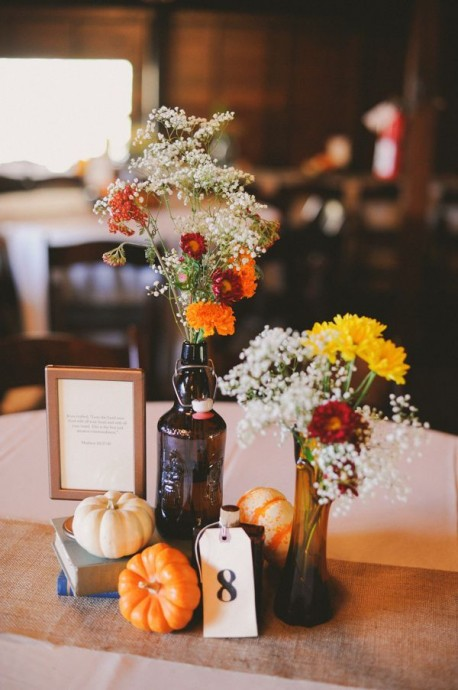 Mariage en octobre ? On mise sur les cucurbitacées citrouilles et potirons pour rester dans le thème. Ceci apportera la petite touche automnale que vous désirez et s'associera très bien dans votre décoration de table avec des fleurs orangées ou jaunes.