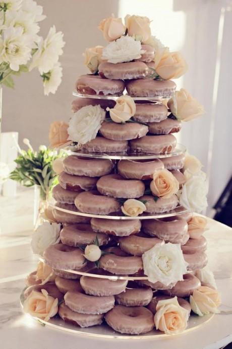 Des donuts au chocolat décorés de roses colorées !  L'esprit printanier par excellence !