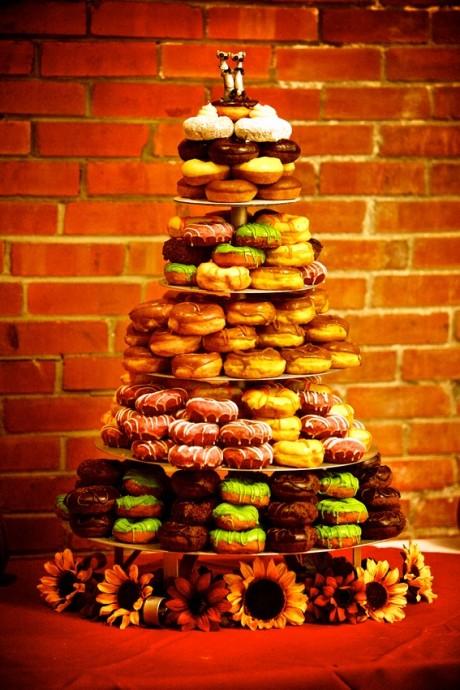 Des donuts colorés aux parfums différents et des tournesols... pour un mariage qui respire bon le soleil !