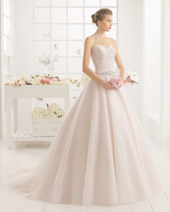 La robe rosée Maria de chez Aire Barcelona qui ira parfaitement à un teint hâlé et aux brunes.