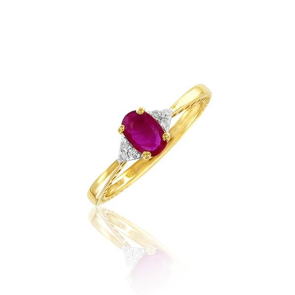 On aime cette bague fine et délicate qui nous vient d'Adamence. Petite touche girly avec ce rubis très rosé entouré de diamants pour la brillance. On adhère à l'or jaune et son chic naturel.  Bague Sienna, ADAMENCE, 299 €