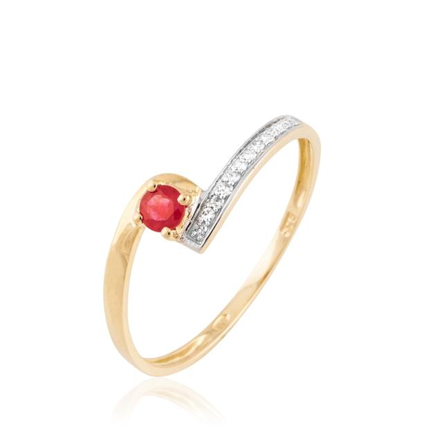 Histoire d'Or nous propose une bague de fiançailles discrète mais pleine d'énergie. Le rubis et son rouge vif attirera l'oeil sur votre jolie bague, et avouons-le, on aime ça ! Bague de fiançailles Or et Rubis, HISTOIRE D'OR, 159 €