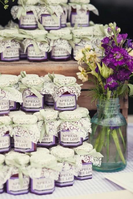 Des pots de confiture maison à la fraise pour un mariage vintage ou sur le thème de l'enfance
