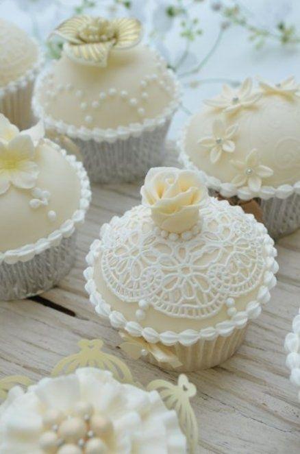 Lors d'un mariage princesse, n'hésitez pas à opter pour des cupcakes en fausse dentelle à la fois gourmands et raffinés