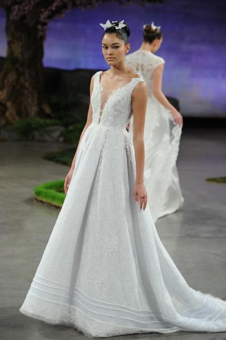 Ines Di Santo choisit un joli bleuté pour sa robe Bluebelle. Idéale pour les futures mariées blondes ou rousses.