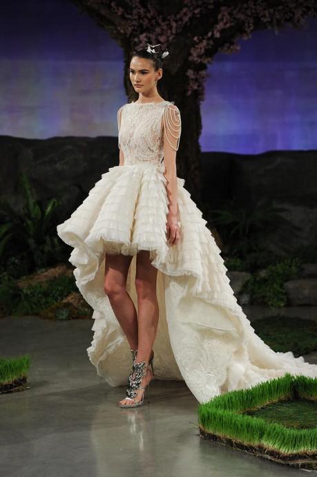 Les robes asymétriques sont idéales pour les futures grandes mariées !