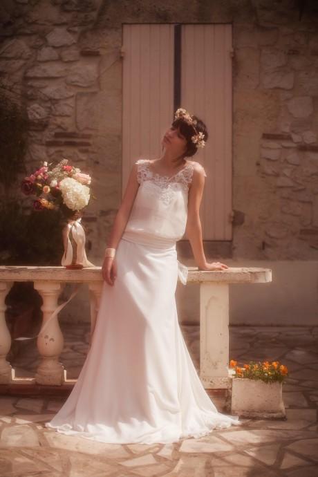 Dans le même esprit que la présente, cette robe fluide, marquée aux hanches dans un esprit des années folles est très tendance. Ses bretelles et son décolleté en dentelle apporte la petite touche féminine qu'on adore. A associer avec une couronne de fleurs ou un chignon bohème et vous serez parfaite !