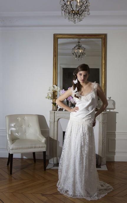 La petite robe fluide en dentelle de chez By N Paris, apporte de la douceur dans votre look de mariée. Parfaite pour les morphologies en V ou plus rondes, cette robe fluide gomme vos petits défauts et fait de vous une mariée hippie-chic très tendance. Super l'idée d'accessoiriser votre coiffure de papillons ou de fleurs, n'est-ce pas ?