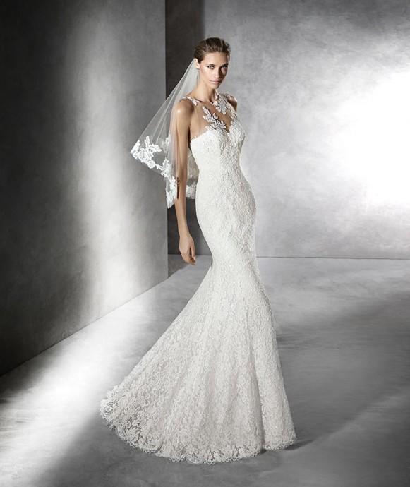 """Vous avez envie d'un bustier mais version chic et glamour ? Voilà la robe """"Lace Tattoo"""". Proche du corps, les détails ressemblent à des tatouages qui viennent embellir la mariée pour son grand jour."""