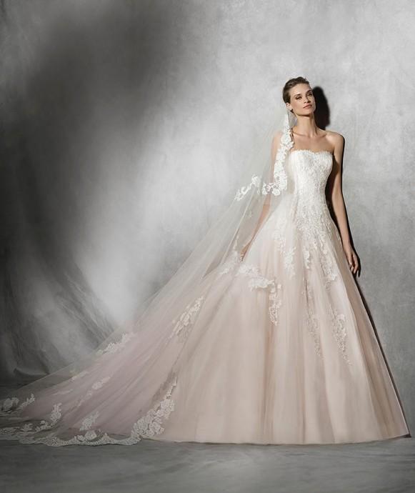 Chez Pronovias, on fait le choix du dégradé rosé pour sublimer une robe bustier aussi chic que romantique.