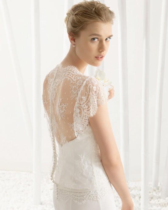 Délicate et romantique, la robe Daima de chez Rosa Clara ravie comme à son habitude les mariées douces à la recherche d'élégance. Une robe simple avec un par-dessus en très fine dentelle nous fait rêver.