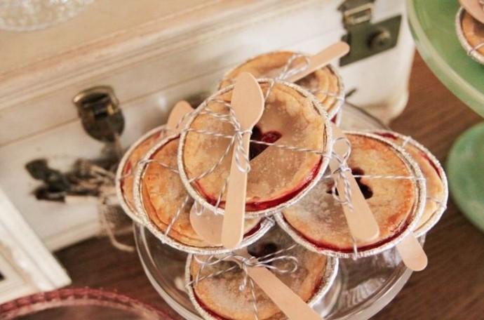 D'adorables petites tartes aux fruits rouges servies avec leur cuillère de bois