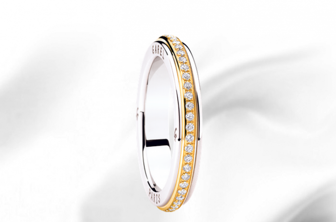 Allier deux ors différents ? C'est l'une des grandes tendances pour les bijoux et notamment les alliance. Garel ne déroge pas à la règle avec cette alliance en or blanc avec un anneau d'or jaune au centre décoré de diamants. Combinaison gagnante ! Alliance Amazone, GAREL, 2 850 €
