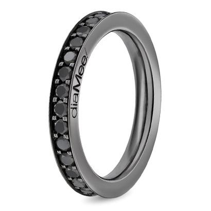 Quelle originalité de côté de Diamee avec cette alliance noire mate. Un anneau simple en or noir couvert de diamants noirs. De quoi satisfaire les mariés à l'esprit rock'n'roll.  Alliance DIAMEE, 4 450 €