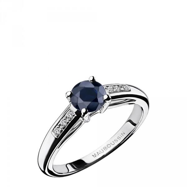 La bague par Mauboussin est LA bague de fiançailles par excellence. Un anneau plutôt moderne sans excentricité, un saphir monté en griffe et des diamants pour illuminer le tout. Sans surprises mais incroyablement efficace, ce solitaire est celui qui convient au plus conventionnelles d'entre vous désireuses d'une bague pleine de classe tout en restant traditionnelle. Bague Grand Mot d'Amour, MAUBOUSSIN, 790 €