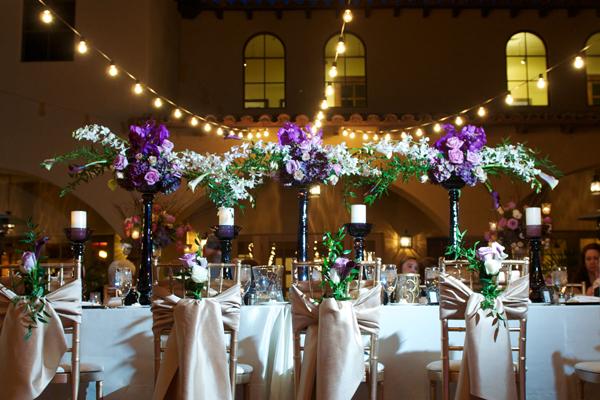 Wahou on adore ces compositions ovales dont les branches vêtues de fleurs se relient entre elles créant ainsi une unité dans la décoration ! Vous pouvez parfaitement choisir des couleurs qui iront avec celles du reste de votre décoration, ainsi tout ceci sera en réelle harmonie.