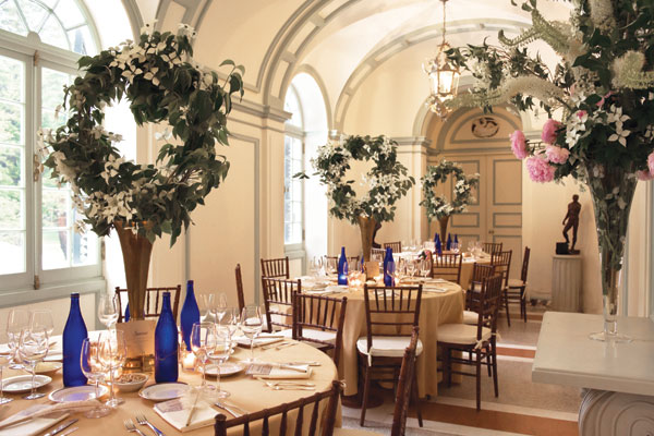 Détrompez-vous, les couronnes de fleurs, ce n'est pas juste sur la tête de la mariée ou des enfants d'honneur. Comme en démontre cette image où des couronnes de fleurs seront au centre de votre table. Une belle façon de décorer vos tables sans trop en faire !