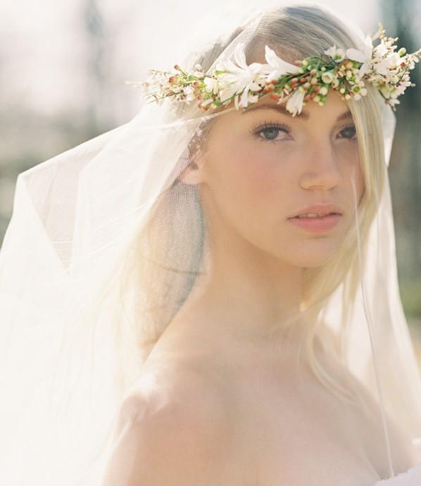 Mariée libre et dans le vent, misez sur un maquillage nude, des cheveux lâchés et lisse et une délicate couronne de bourgeons de fleurs pour tenir un voile tout volupté. Nous en tout cas on adore ce look de mariée du printemps !