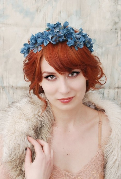 Quelque chose de vieux, quelque chose de neuf, quelque chose d'emprunté et quelque chose de bleu. Pour le bleu, on a trouvé pour vous ! Une couronne de fleurs en aphyllanthe bleue, en bleuet ou autre petites fleurs de cette couleur! Cette couronne apporte une vraie touche d'originalité à votre look de mariée, et pour les rouquines, le contraste des couleurs va à la perfection, comme vous pouvez le voir sur cette photographie.