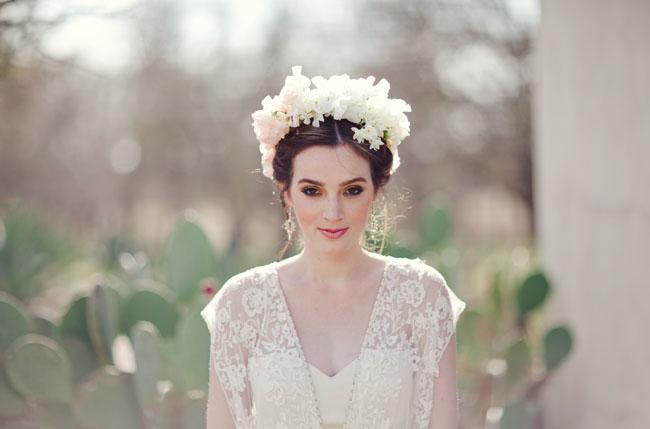 Coup de coeur pour cette couronne de fleur si délicate blanche et rose poudré avec une multitude de petites fleurs. Alliée à un maquillage très discret , un beau rouge à lèvres dans les mêmes teintes et une robe qui associe transparence et dentelle vous serez la plus fraîche et romantique des mariées !
