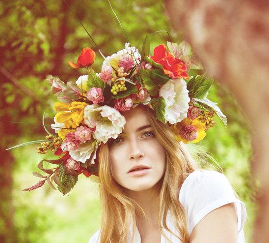 Wahou ! Oserez-vous la couronne de maxi fleurs ? Vous vous démarquerez avec une telle coiffe sur la tête. Avec cette création florale vous pouvez tout à faire zapper le bouquet à son profit, pas la peine de surcharger votre look de mariée !