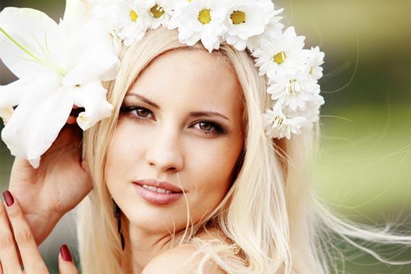 Il m'aime un peu, beaucoup, passionnément, à la folie... Mariée ayant gardé son âme d'enfant, la couronne de fleurs en marguerite ne vous fait-elle pas envie ?