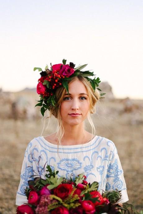 Mariage vintage et hippie ? Ce look de mariée style Woodstock est fait pour vous ! Maxi couronne asymétrique accordée au bouquet et robe en coton coloré à la coupe très hippie... Pour que le flower power règne sur votre mariage c'est l'idéal !