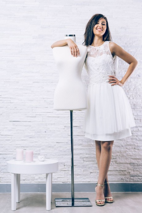 La robe Valentina de chez Couture Ness est pimpante et pleine de vie. Avec son par-dessus en dentelle et son jupon en tulle elle apporte un peu de volume et bien que courte elle reste très chic et attirera tous les regards sur vous. Avec cette robe, on n'hésite pas à choisir un rouge à lèvres soutenu pour ajouter du pep's !