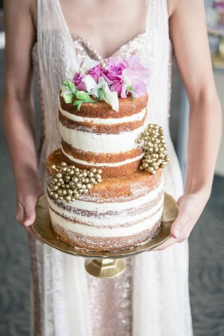 Pas trop imposant mais très appétissant ce beau gâteau décoré de quelques fleurs, baies et sucre glace ! Moi je craque !