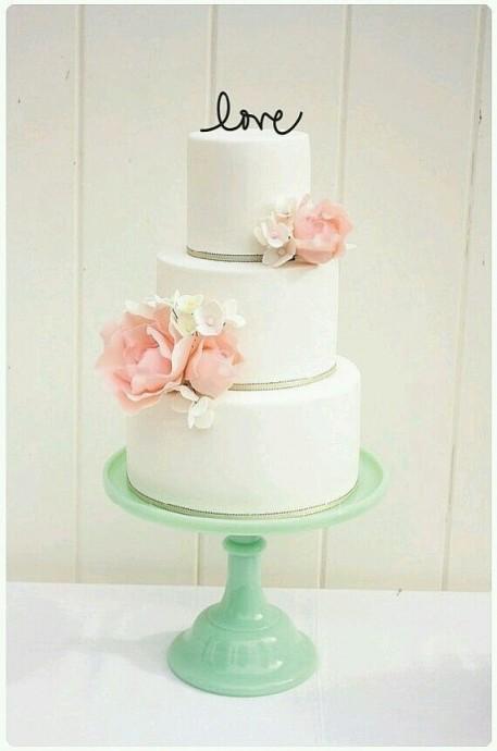 Super ce wedding cake dans les tons pastels, ils sont super tendance pour les mariages ! Le petit love sur le dessus tout en finesse est craquant. Alors on choisirait bien ce wedding cake, vous ne pensez pas ?