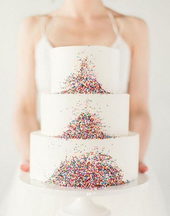 Coup de coeur pour ce dessert juste magnifique. Comme quoi, avec peu de décoration on peut tout de même avoir un rendu magnifique. Quelques petits grains multicolores qui tombent en cascade et c'est dans la poche, on a un wedding cake top !