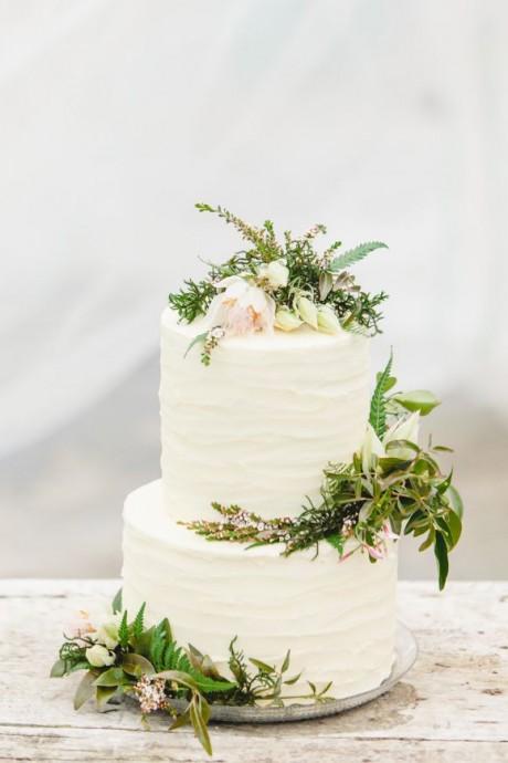 Vous avez envie d'un mariage champêtre ? Alors ce dessert sera parfait pour votre réception. Quelques petites décorations, sans plus, dans le thème de la campagne chic en fait le wedding cake idéal !