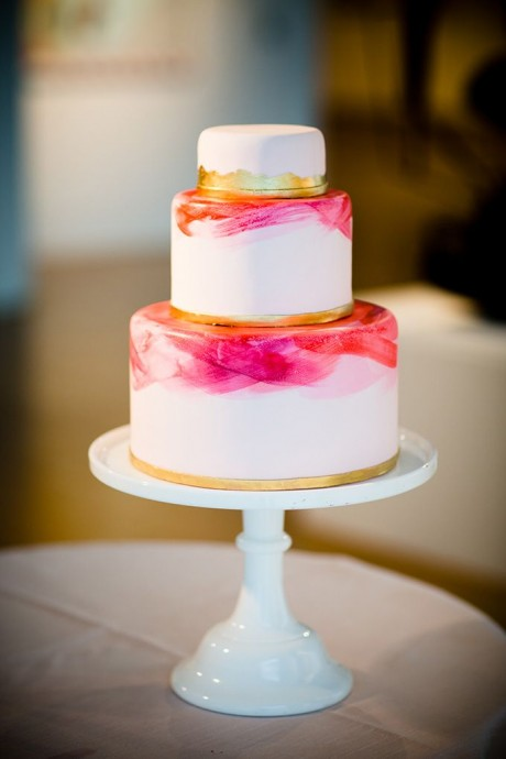 Très moderne cette décoration de gâteau au pinceau pour apporter la touche de couleur. Ce petit wedding cake à toute la classe qu'on connait à l'art contemporain et sera super pour un mariage chic et urbain.