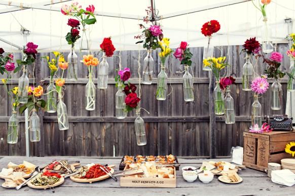 On adore cette petite astuce de décoration colorée et vintage ! Choisissez des bouteilles en verre et glissez-y une fleur de votre choix. Grosse marguerite ou tulipe. Dépareillez les styles pour un rendu encore plus sympa et le tour est joué !