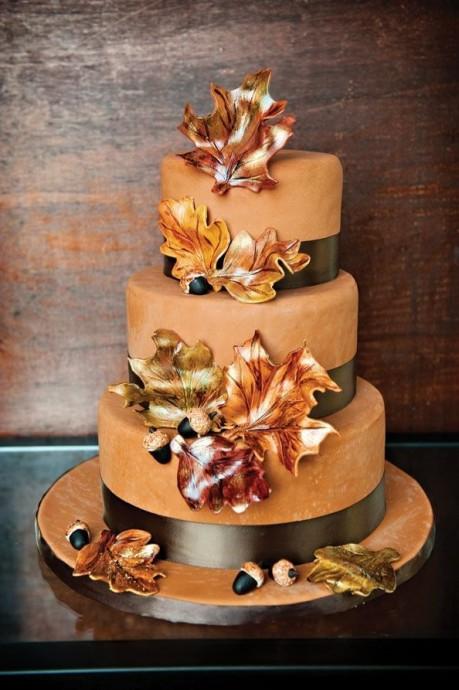 Ce gâteau n'a-t-il pas l'air délicieux, tout recouvert de poudre de chocolat et avec ces belles feuilles d'automnes en décoration ? La parfaite harmonie entre la saison et classe !