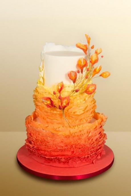 Pour apportez joie et vitalité dans votre menu de mariage, misez donc sur un wedding cake orange ! Cela rappellera l'automne tout en gardant de la gaieté estivale, et n'hésitez pas à ajouter des petits branchages pour renforcer votre thème.