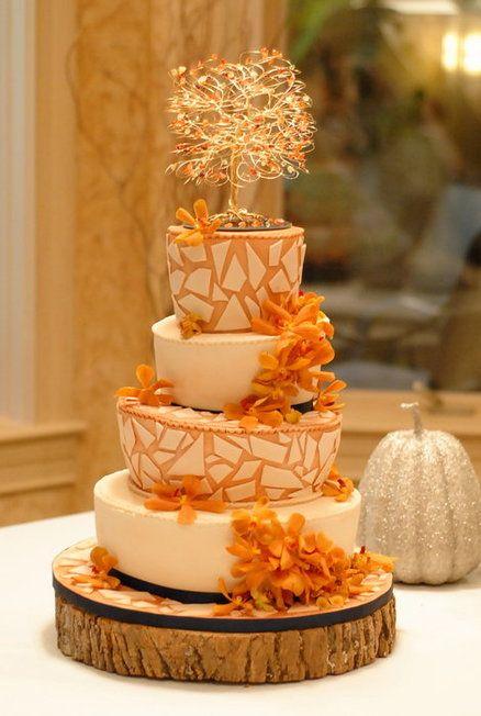 Super design ce wedding cake avec les côtés d'inspiration mosaïque. De plus, on craque sur ce chêne dénudé en topper cake qui apporte un côté plus mystique et chic !