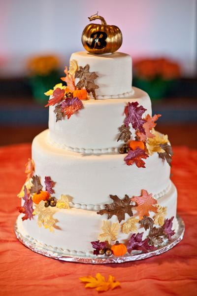 Tellement adorable ce petit wedding cake avec ses mini décorations en petites feuilles mortes dans les teintes chaudes. La petite citrouille sur le top doré pour indiquer la table, bonne idée non ?