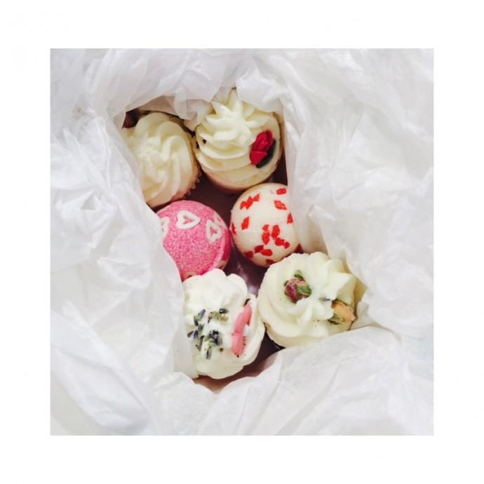 Comment ne pas apprécier un bon bain moussant avec ces petits cupcakes ? Des soins qui donnent faim et qui laissent une odeur quelque peu agréable sur la peau. Coffret J'aime mon Bain, Madame Marchand, 24.90 euros.