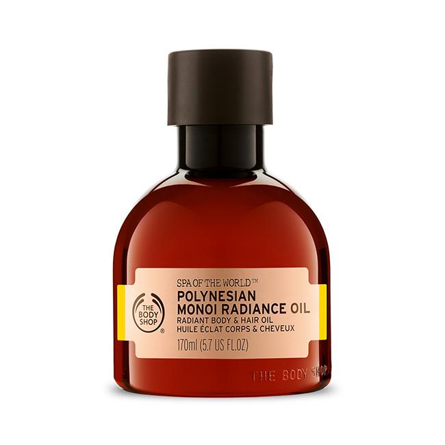 Une huile pour le corps et cheveux au monoï, huile incontournable pour rester hydratée et pour son odeur qui nous envoie sous les tropiques. Il suffit de se masser avec sur une peau au préalable humidifiée, ou encore de le peigner sur nos cheveux secs et abîmés. Pour avoir une peau éclatante de beauté et rayonner le jour J. Huile éclat corps et cheveux au monoï de Polynésie, The Body Shop, 20 euros.