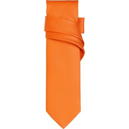 On ose le orange vif Avec cette cravate de la marque Hermès. Le costume noir est cependant à éviter : un marié aux couleurs d'Halloween, non merci !