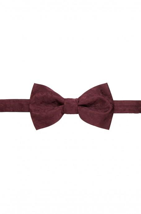 Du rouge bordeaux pour un accessoire Hugo boss qui magnifiera le marié sans aucun doute.