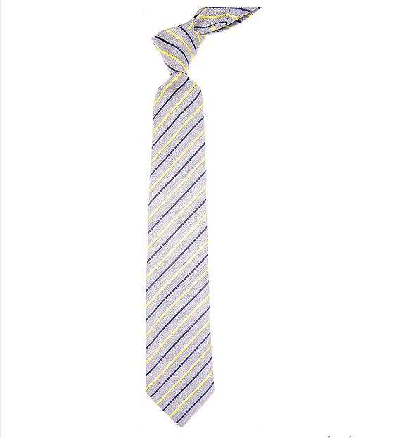 Des rayures délicates jaunes et bleues sur une cravate grise clair Kenzo, c'est un trio de couleurs qui s'assemblent bien avec un costume noir ou bleu marine pour un look estival. Parfait pour un mariage champêtre et pop.