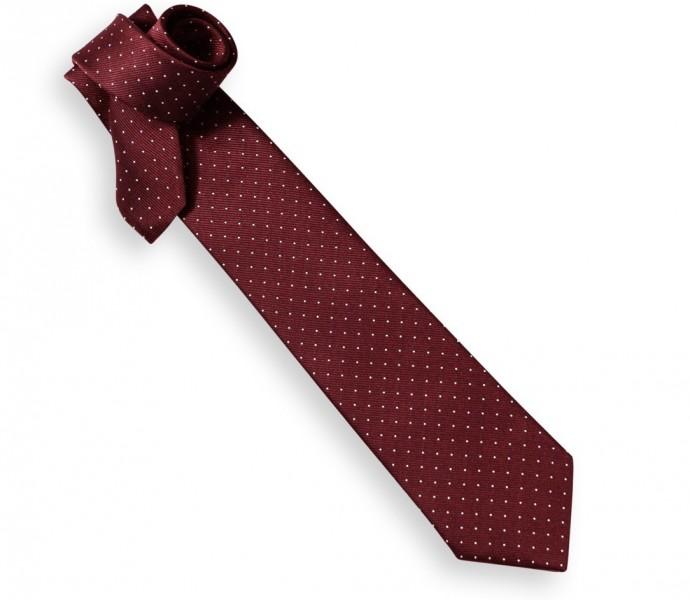 Maison de la cravate ressort l'incontournable cravate à pois, rétro-chic à souhait ! Du beau rouge bordeaux pour un marié classe.