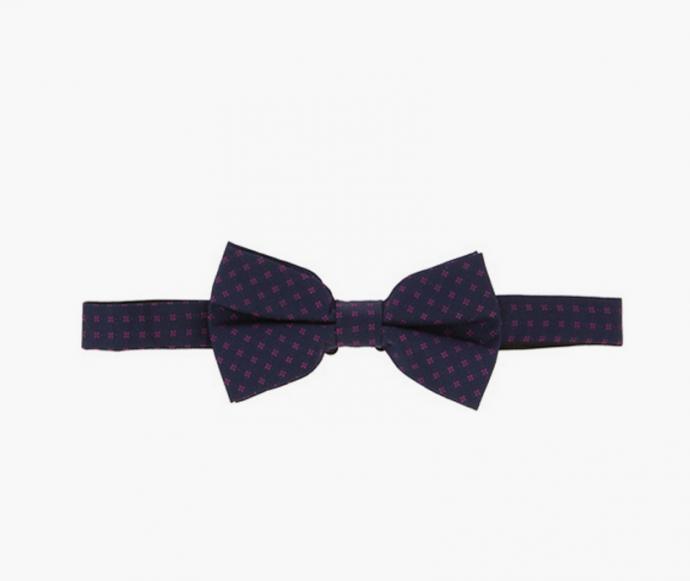 Des fleurs pourpres sur un tissu bleu marine, c'est un nœud  Pierre Cardin, raffiné et très joli surtout avec un costume du même bleu.