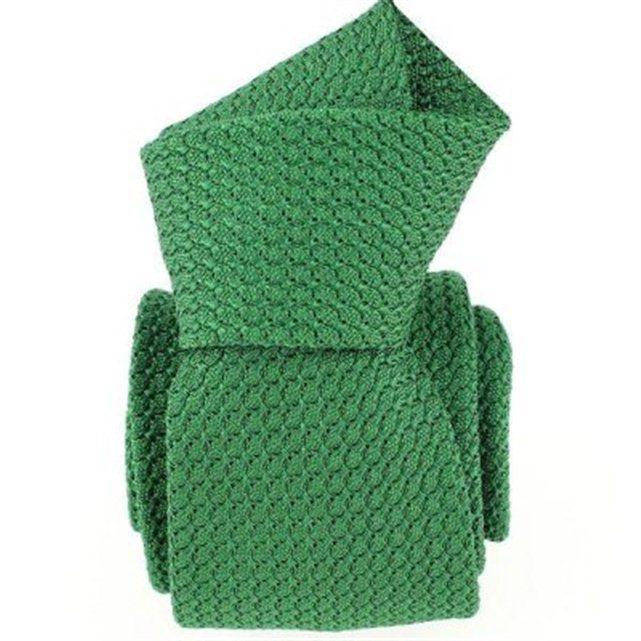 Du vert sapin pour un mariage hivernal ! Cette cravate en laine tricotée est une matière très à la mode. Accordé aux cravates des garçons d'honneur, on adore ce look de la marque Tony and Paul.